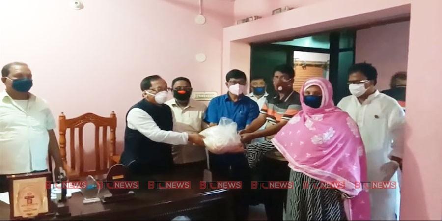 চাঁপাইনবাবগঞ্জে আব্দুল ওদুদ'র কর্মহীন ২হাজার পরিবারের মাঝে খাদ্য সামগ্রী বিতরণ