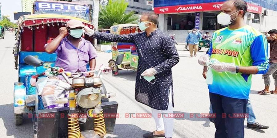 রাজশাহীতে অটোরিক্সা চালক ও পথচারীদের মাস্ক পড়িয়ে দিলেন : ডাবলু সরকার